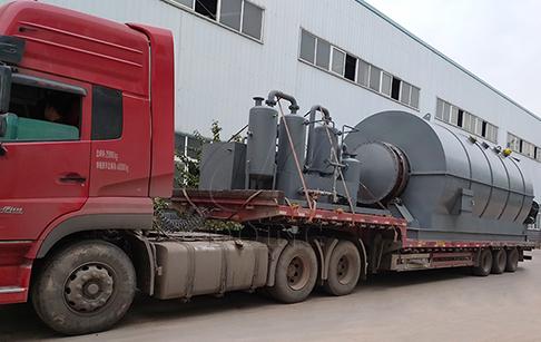 两台12吨废轮胎炼油设备发往广东